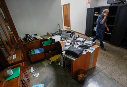 The editor of 'Confidencial' Carlos Fernando Chamorro walks through the raided offices on December 14, 2018.