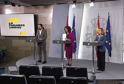 Government officials Nadia Calviño (r), María Jesús Montero (c) and Pablo Iglesias at the news conference on Tuesday.