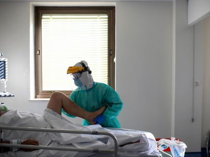 A physiotherapist with a Covid-19 patient in the intensive care unit of Ramón y Cajal hospital in Madrid in October 2020.