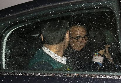 Mario Conde is taken from his residence, under arrest.