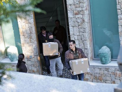 The police remove boxes of evidence from the home of Ángel de Cabo in the El Bosque development in Valencia