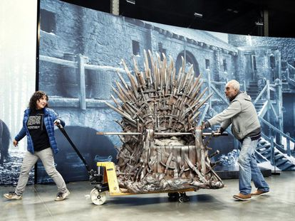 The replica of the Iron Throne, which visitors to the 'Game of Thrones' exhibition will be able to sit on, arrives at Matadero de Madrid early Monday afternoon.