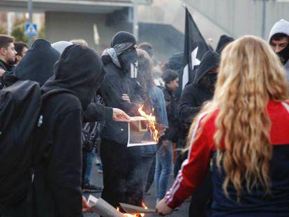 Protesters burn photos of King Felipe VI (Spanish audio).