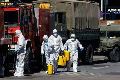 A Military Emergency Unit (UME) team disinfecting the streets of Málaga on Monday.