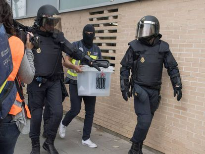 National Police officers confiscating a ballot box in Lleida, Catalonia.
