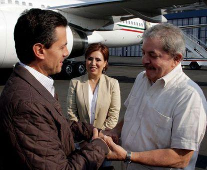 Enrique Peña Nieto (l) and Social Development Secretary Rosario Robles (c) welcome former Brazilian President Luiz Inácio Lula Da Silva to Mexico on April 19.