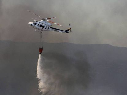 The Infoca helicopter team fights the fire at Riotinto.