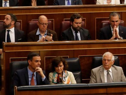 José Zaragoza (looking at his cellphone) flanked by Vox deputies. Acting Prime Minister Pedro Sánchez (bottom left) is sat in front of the far-right party's leader, Santiago Abascal.