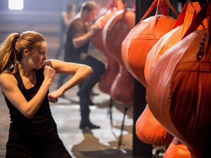Shailene Woodley hits out in 'Divergent.'