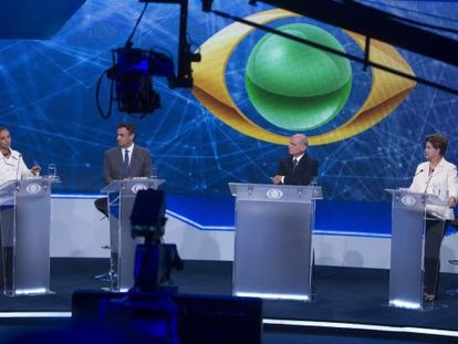 Marina Silva, Aécio Neves, the debate host and Dilma Rousseff on the set.