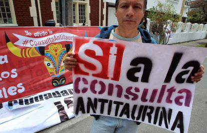 An anti-bullfighting activist holds up a sign supporting the referendum in Bogotá.