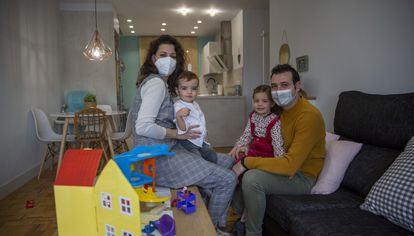 Elena Pérez, with her family in the house where they self-isolated in Calahorra (La Rioja).