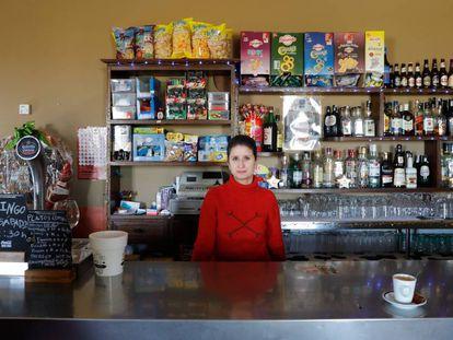 Yasmín Colino at her bar in Villalbarba, Valladolid.