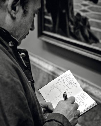 Barceló takes notes as he makes his way around the museum.
