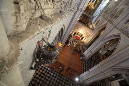 Un operario instala un 'fisurómetro' en la catedral de Palencia.