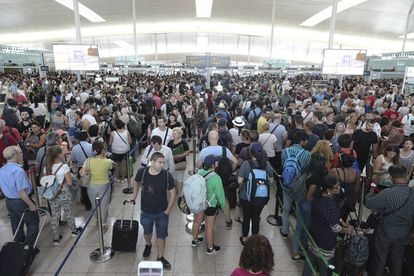 Lines at the security checkpoint in El Prat on Monday.