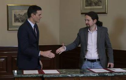 Pedro Sánchez (l) and Pablo Iglesias have reached a deal for a governing coalition.