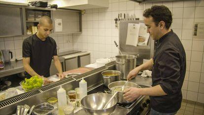 Chefs at the Almodóvar Hotel in Berlin preparing organic food.