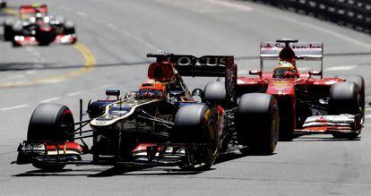 Ferrari driver Fernando Alonso (r) puts pressure on the Lotus of Kimi Raikkonen at Sunday's Monaco GP.
