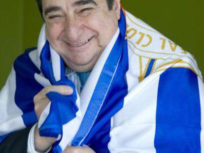 Augusto César Lendoiro with a Depor club flag.