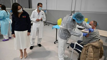 Madrid premier Isabel Díaz Ayuso (l) attending the vaccination campaign at Zendal hospital.