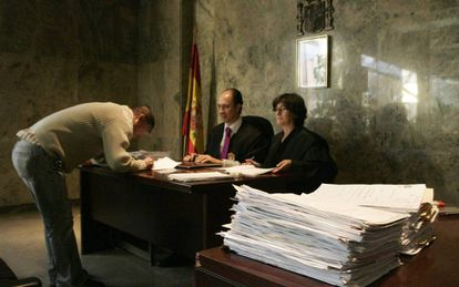 A new Spanish citizen taking the oath.