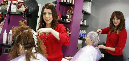 Hairdressers Isabel Peláez (left) and Miriam Díaz inside their salon.