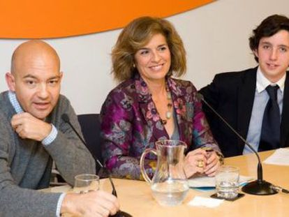 Francisco Nicolás Gómez Iglesias (r) with Madrid Mayor Ana Botella, during an event organized by the FAES think tank.