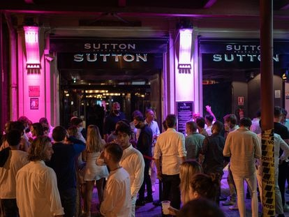 Youngsters waiting to enter the nightclub Sutton in Barcelona.