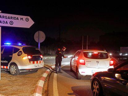 Mossos officers speak to motorists on Thursday near Igualada