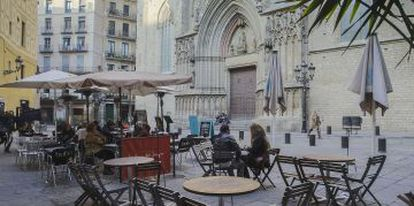 People enjoying sidewalk cafés in Barcelona.