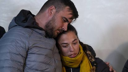 The parents of Julen Roselló remained near the work site last night.