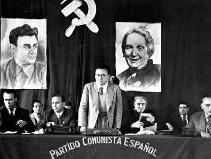 """Carrillo (standing) with Republican commander Enrique Líster (left) and """"La Pasionaria"""" (right) in Toulouse in 1945."""