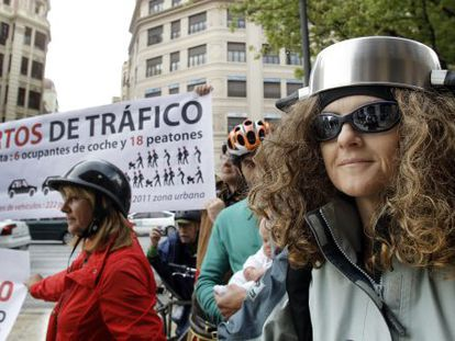 Cyclists protest against the helmet plan in Valencia.