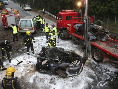 Workers clear an accident site in Tomiño (Pontevedra), where a 33-year-old man died on Tuesday.