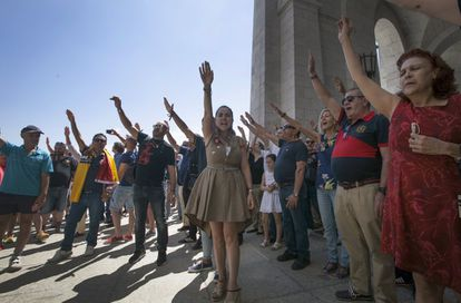 Crowds of people paid homage to Franco by making a fascist salute.