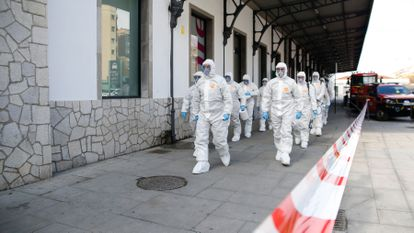 The army's emergency unit UME disinfecting Granada station on Thursday.