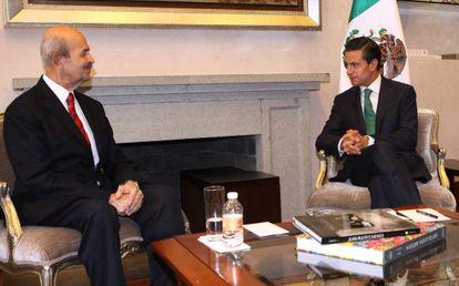 Fausto Vallejo (left) informs President Enrique Peña Nieto of his decision.