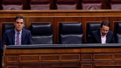 Pedro Sánchez (l) and Pablo Iglesias in Congress today.