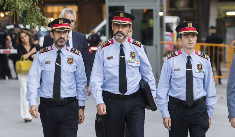 Mossos chief Josep Lluís Trapero (c) arrives at the High Court.