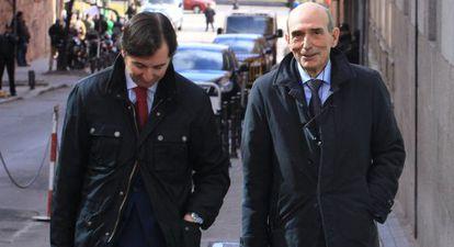 Former Bankia board member José Manuel Fernández Norniella (r) leaves the High Court.