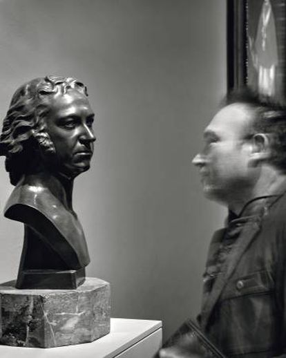 Barceló in front of a bronze bust of the young Goya, a work by Gaetano Merchi (1795).