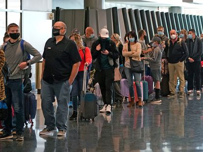 Passengers lining up at Salt Lake City Airport in the US.
