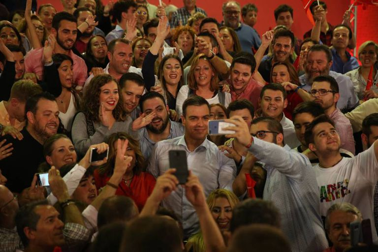 Pedro Sánchez (c) at a campaign rally in Seville on Thursday evening.