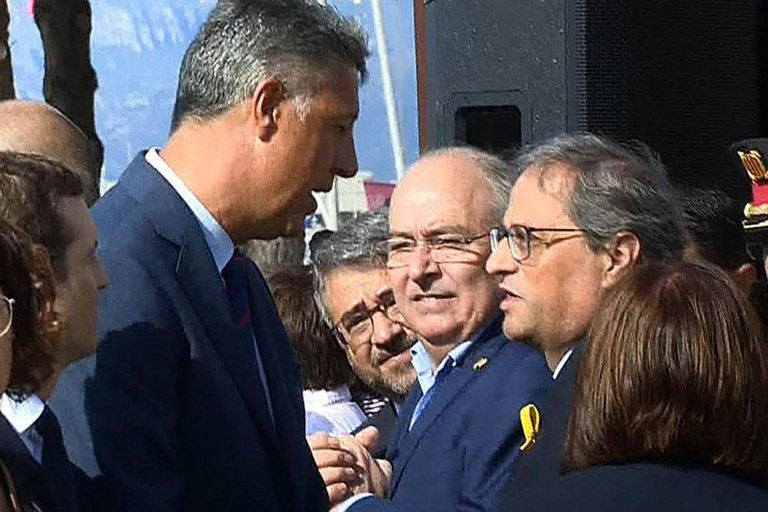 """PP politician Xavier García Albiol (l) and Quim Torra argue on Friday over the latter's comments about """"attacking the Spanish state"""" ahead of a memorial service in Cambrils."""