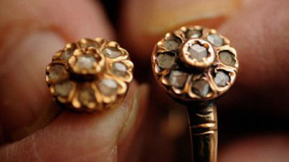(l) An earring belonging to María Alonso recovered from a mass grave in Izagre in the province of León. (r) The ring that her sister Josefina fashioned out of the earring María left at home the day she was killed.