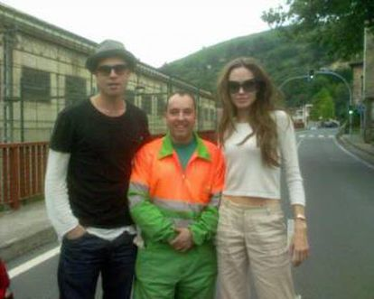 Angelina Jolie and Brad Pitt with a street sweeper in Castrejana in 2007.
