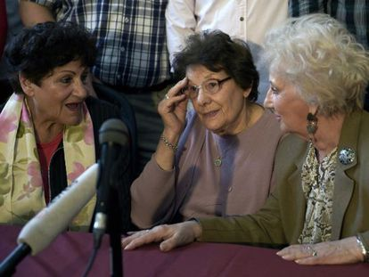 María Assof de Domínguez and Angelina Catterino, the grandmothers of the 117th missing child recovered with Estela de Carlotto, president of Grandmothers of Plaza de Mayo during a press conference on Monday.