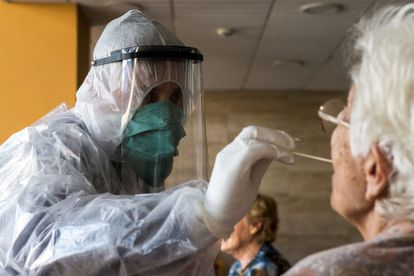 Volunteers carry out coronavirus tests in a Barcelona residence for seniors.