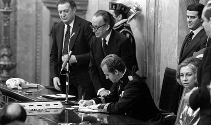 King Juan Carlos signs the Constitution in Congress on December 27, 1978.